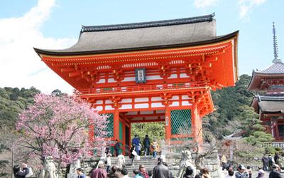 kiyomizu-tera temple at the gate